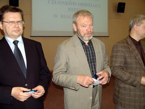 Srebrną odznakę PZITS otrzymał Aleksander Nikitin (jasna marynarka)