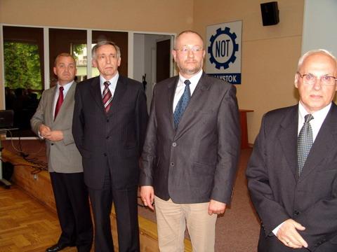 Prezes Roman Wilk (drugi z lewej) odebrał medal 90-lecia PZITS przyznany Wodociągom Białostockim.