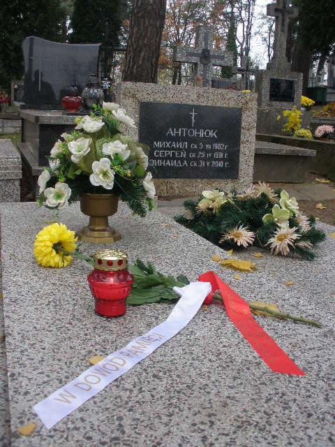 Kwiaty na grobie Sergiusza Antoniuka