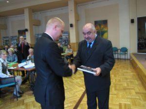 Łukasz Nowicki otrzymuje nagrodę z rąk Lecha Magrela, Prezesa Zarządu Oddziału PZITS w Białymstoku