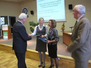 III nagroda przypadła Anecie Sienkiewicz (na zdjęciu z promotor dr hab. Grażyną Łaską). Nagrodę wręczają Jerzy Pszczoła i Piotr Zbrożek, Prezes Zarządu Rady FSNT NOT w Białymstoku